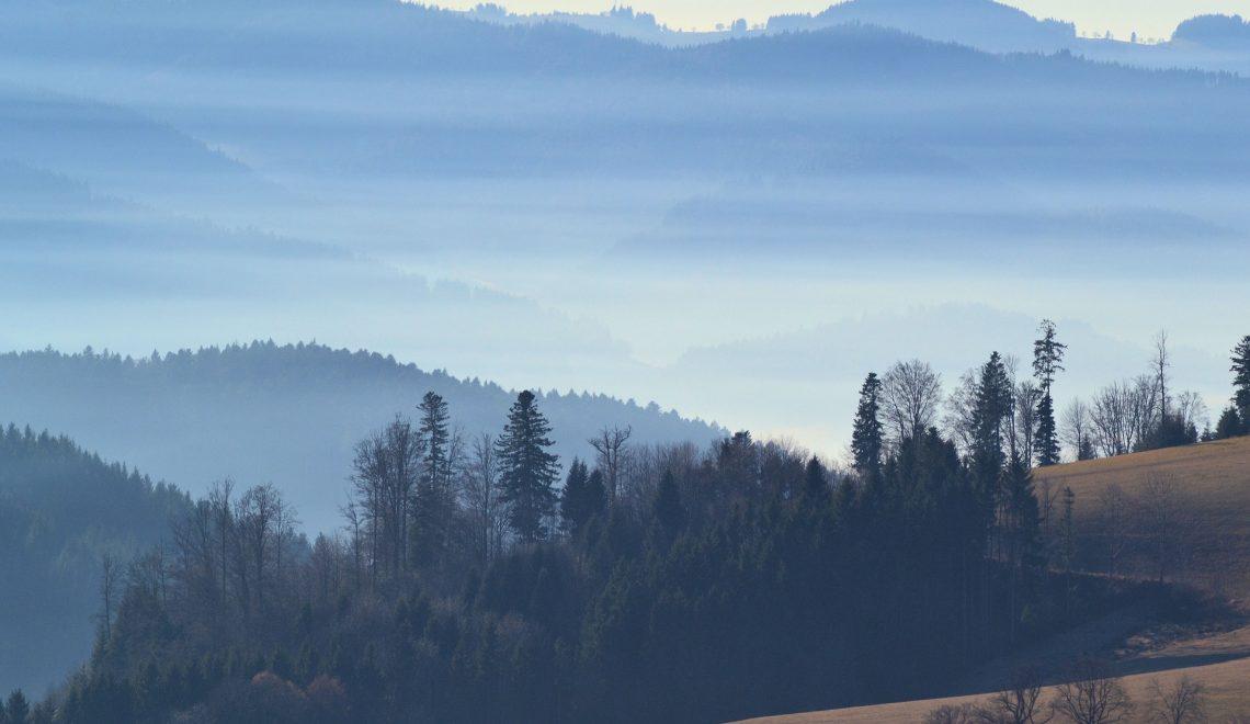 Aussicht auf die Gipfel des Süd-Schwarzwaldes mit nebelgefüllten Tälern