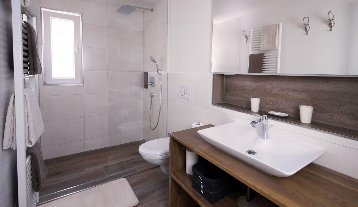 Edles Holzoptik-Badezimmer im Apartement Nussbaum in der Pension am Rain in Winden im Elztal