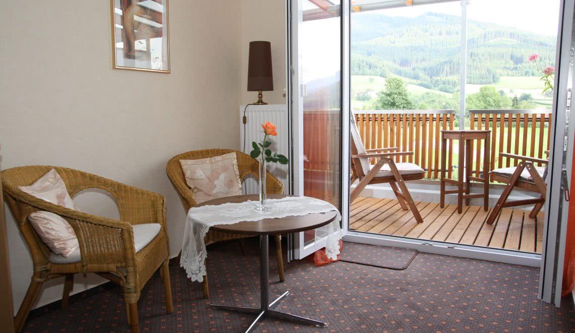 Sitzbereich innen und außen mit Hörnlebergblick in der Pension am Rain in Winden im Elztal
