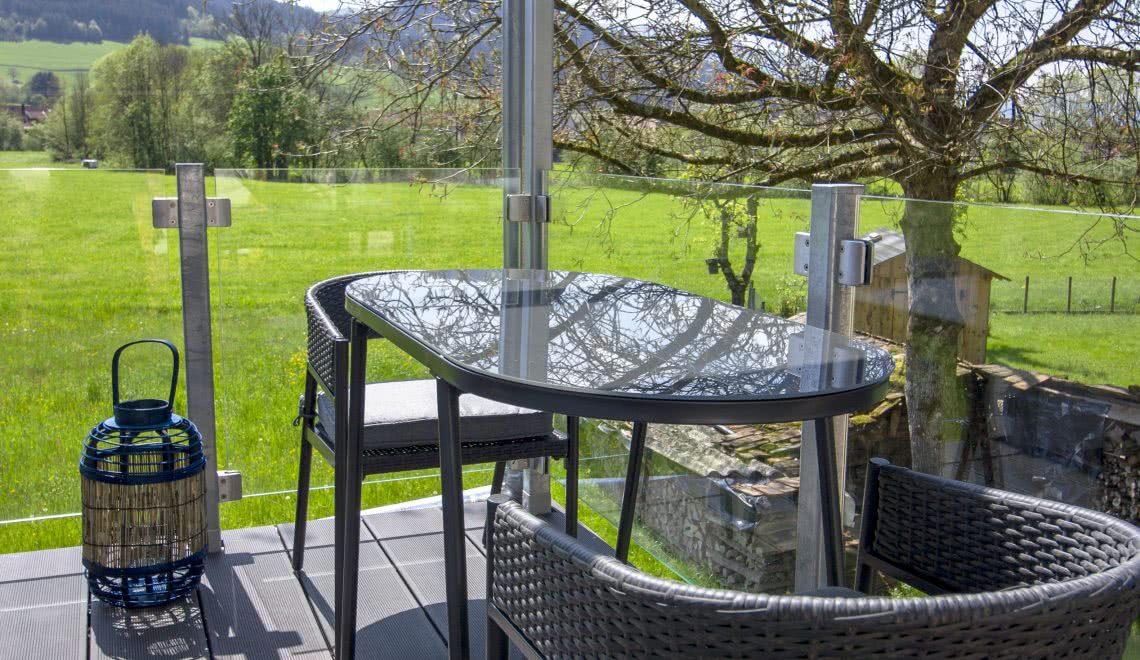 Tisch uaf dem Balkon des Nussbaum Apartments in der Pension am Rain in Winden im Elztal