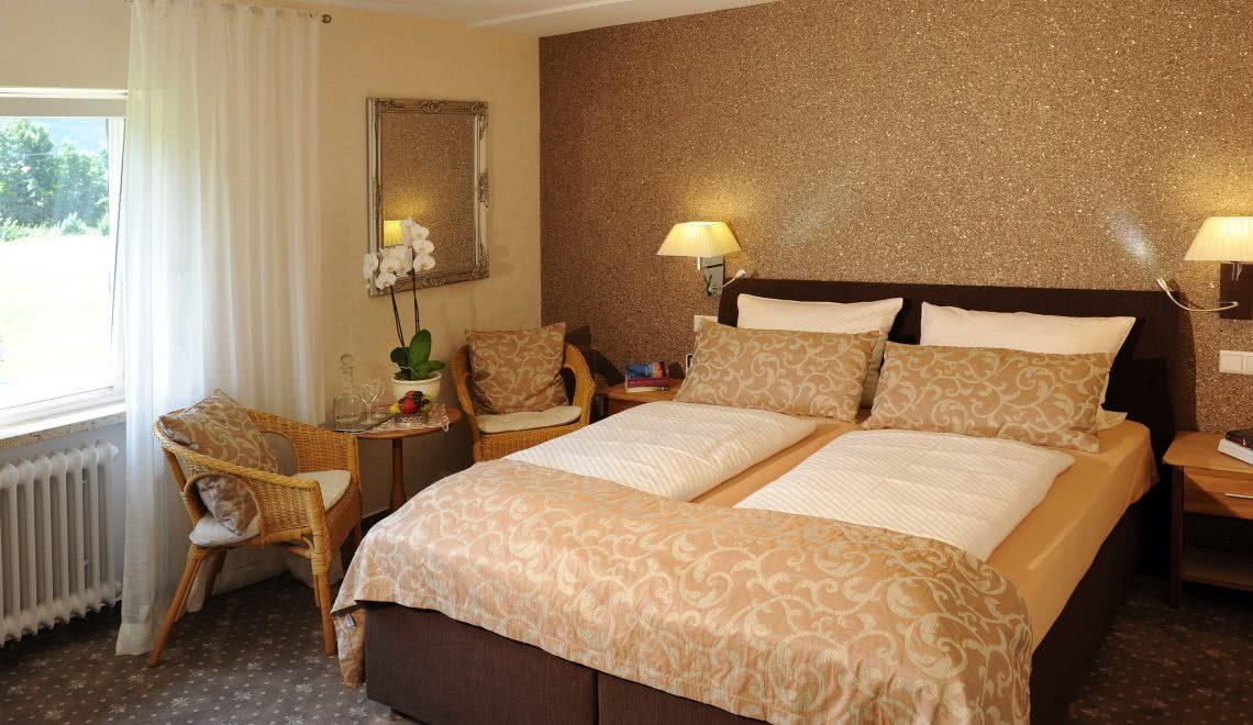 Bett des Doppelzimmers Blumenmatte in der Pension am Rain im südlichen Schwarzwald in Winden im Elztal