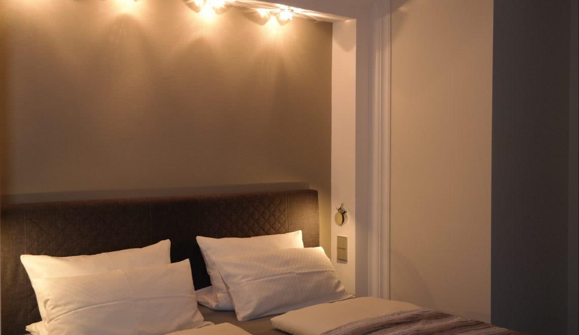 Bett im Doppelzimmer mit Blick auf den Hörnleberg in Winden im Elztal