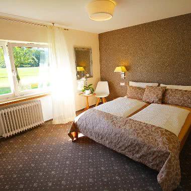 Innenausstattung des Doppelzimmers Blumenmatte in der Pension am Rain im Süd-Schwarzwald