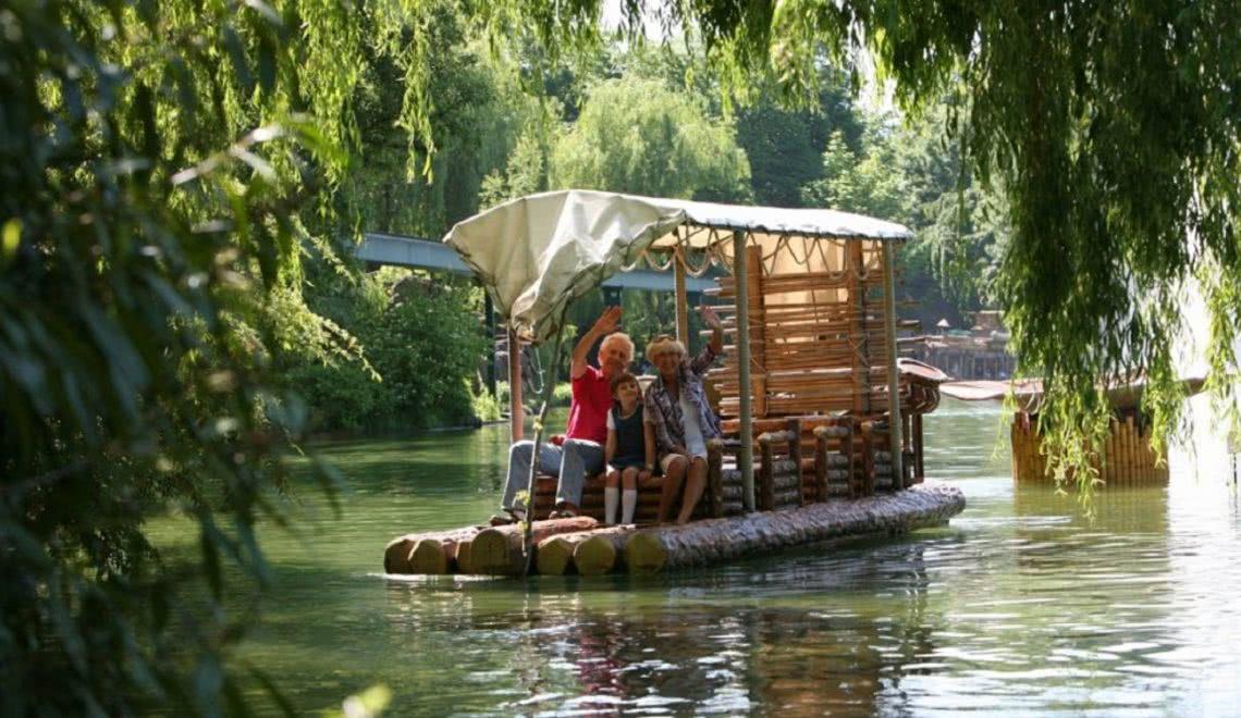 Familie auf der Dschungel Flossfahrt im Europa Park Rust