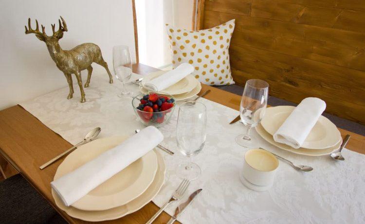 Gedeckter Tisch im Apartment Nussbaum in der Pension am Rain in Holzoptik