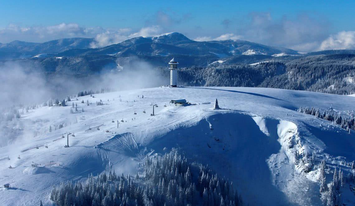 Skilift in Betrieb am schneebedeckten Gipfel des Feldbergs
