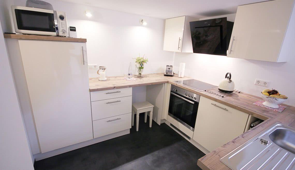 Moderne, weiße Küche in der Ferienwohnung Blumenmatte in der Pension am Rain in Winden im Elztal