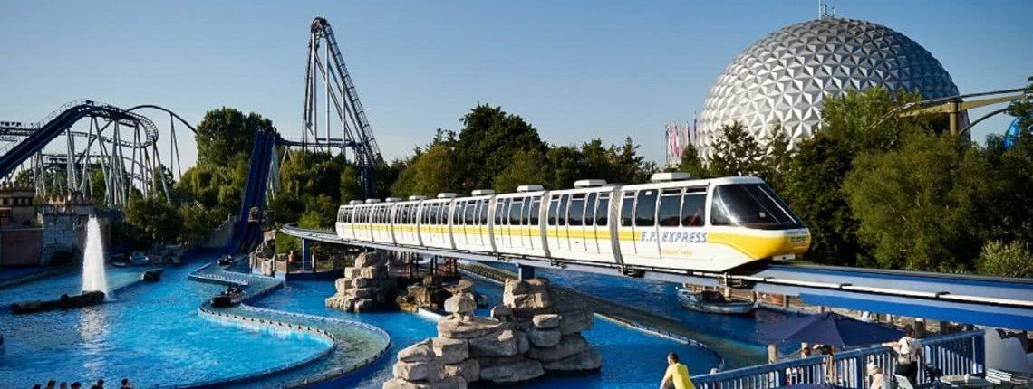 Monorailbahn im Europa Park Rust über dem Becken der Bahn Poseidon