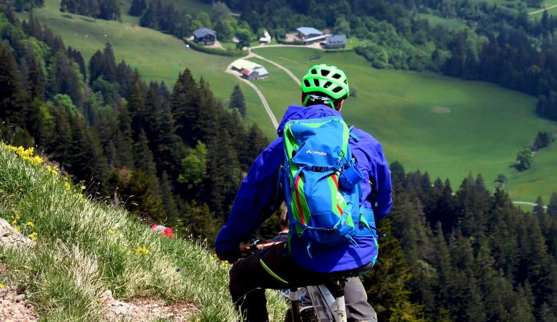 Die Aussicht auf die Wiesen des Süd-Schwarzwaldes genießen auf einer der vielen Mountainbike-Strecken