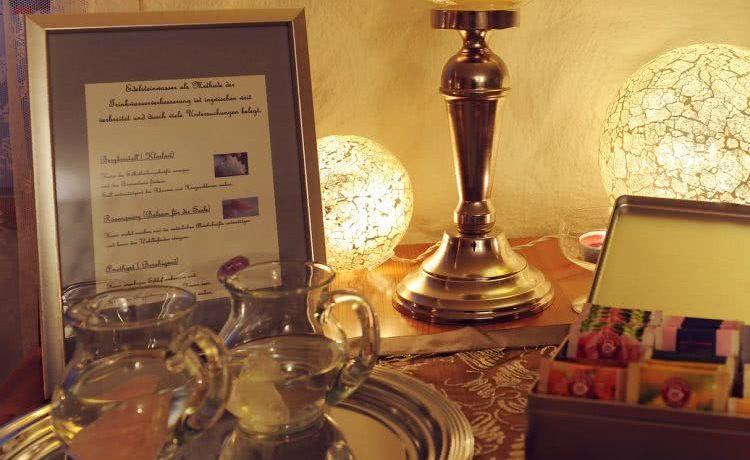 Teeetisch im Ruheraum der Pension am Rain in Winden im Elztal