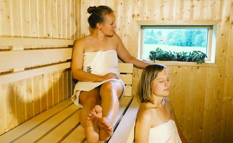 Gäste in der finnischen Sauna der Pension am Rain in Winden im Elztal