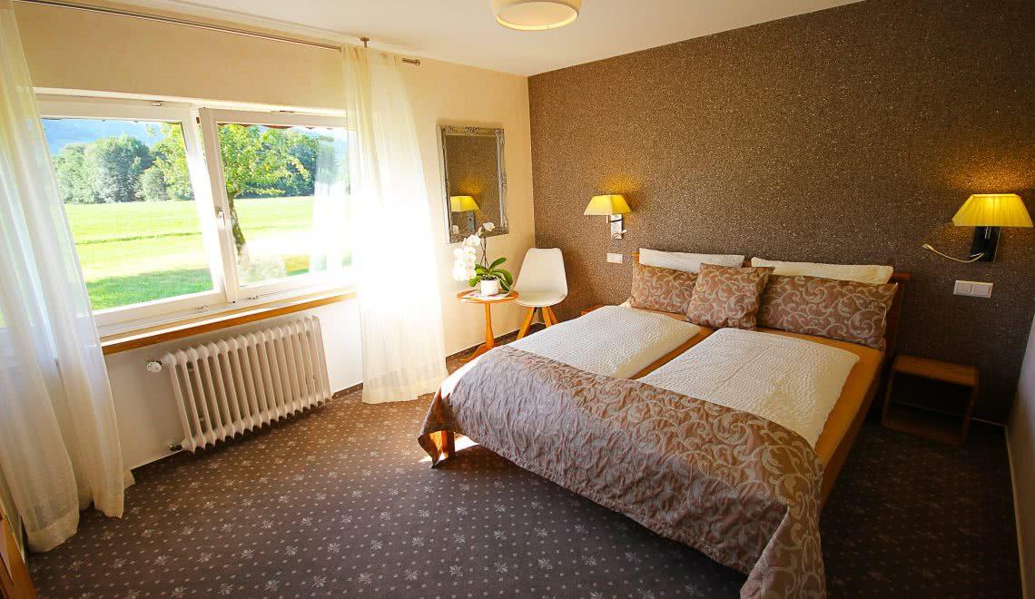 Schlafzimmer mit Wiesenblick in der Ferienwohnung Blumenmatte in der Pension am Rain