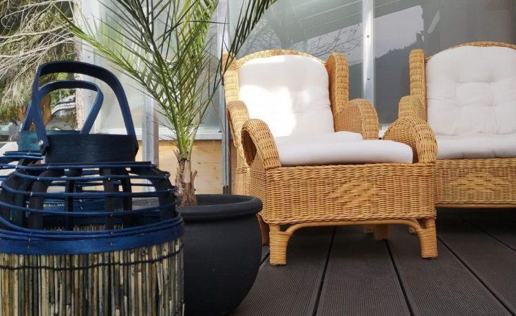 Balkon des Apartments Nussbaum mit Liegesesseln in der Pension am Rain