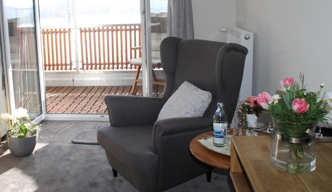 Sessel im Doppelzimmer mit Blick auf den Hörnleberg in Winden im Elztal