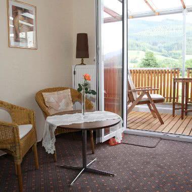 Balkon mit Hörnlebergblick und innerer Sitzbereich im Doppelzimmer der Pension am Rain