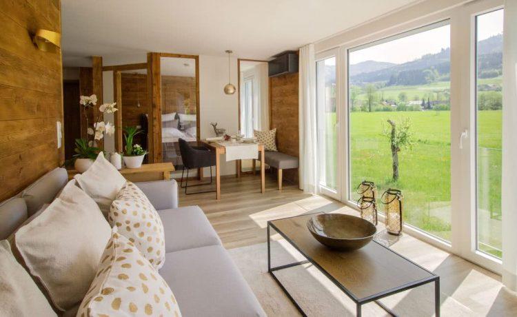 Wohnbereich des Nussbaum Apartments in Holzoptik in der Penison am Rain in Winden im Elztal