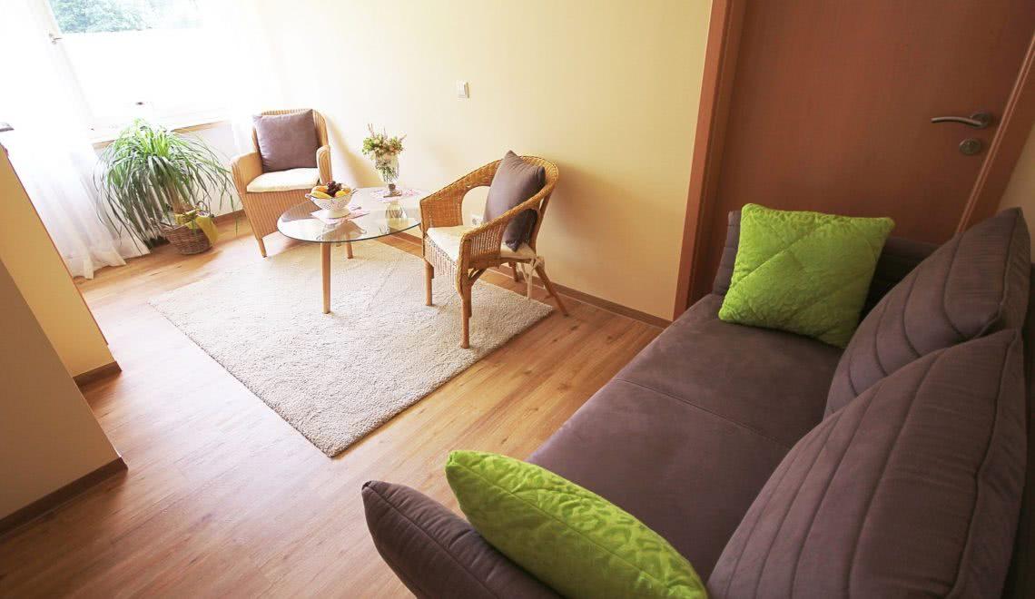 Gemütlich eingerichtetes Wohnzimmer in der Ferienwohnung Blumenmatte in der Pension am Rain in Winden im Elztal