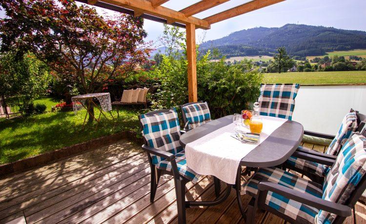 Terrasse und Gartenanlage Ferienwohnung Blumenmatte